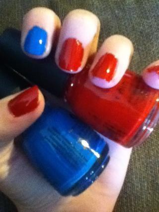 Pinta tus dedos índices azul y el resto de sus uñas rojas.