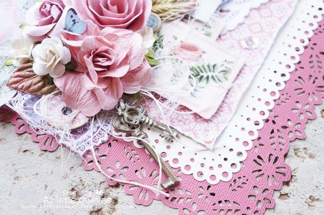 Cuelgan algunas de las elegantes adornados llaves de metal en mal estado desde el racimo de flores utilizando la guita ...