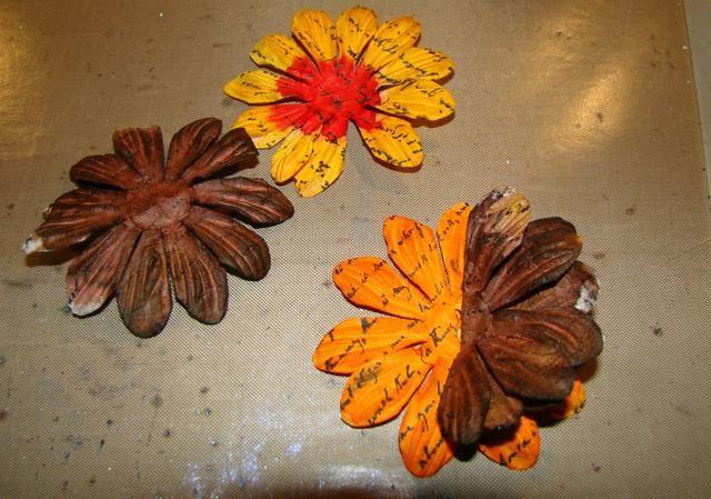 Tome 1 flor marrón y doblar por la mitad y el pegamento, tome la otra flor marrón y doblar por la mitad y la cola hacia el otro lado. Pegue su última flor en la parte superior y la pelusa todos los pétalos.