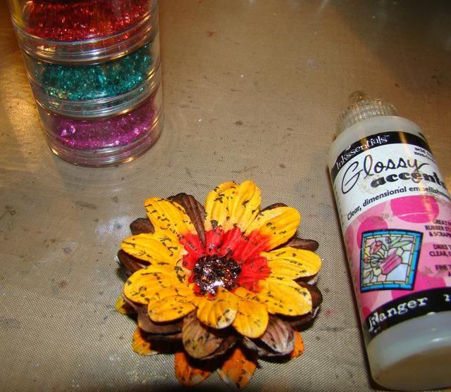 Aplicar alemán de cristal brillo con acentos brillantes para los centros. También puede utilizar, botón, granos de la semilla, etc.