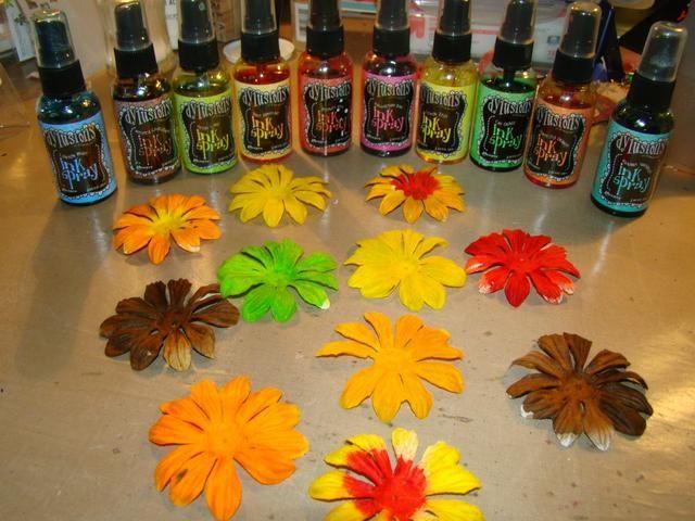 Mientras que todo lo demás está secando preparar sus flores. Rocíe en sus colores personalizados con Dylusions y juego de calor.