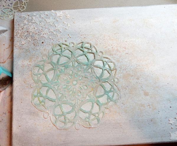 Lienzo Spritz con Cinnamon Toast coloraciones. A continuación, coloque el Meridiano de la plantilla en la parte superior y pintar con Pixie sorbete.