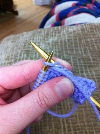Deja la nueva puntada purled en la aguja izquierda.