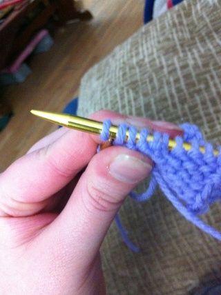 Deslice los dos nuevos puntos de sutura en la aguja derecha.