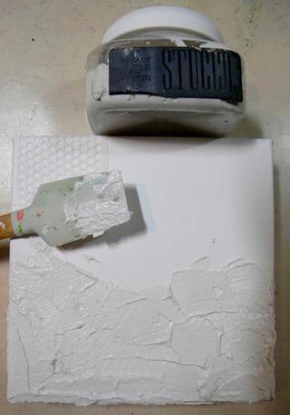 Añadir una gruesa capa de estuco de la mitad inferior del lienzo. El estuco es diferente de fango en que es más arenoso. El barro es más suave. Estuco se siente como que tiene arena en ella cuando está seco.