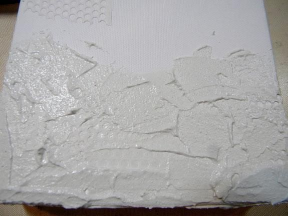 Apliqué el estuco en movimientos cortos y didn't smooth it out. You can still see the dry wall patch underneath, although in the end, I think it is totally covered. No worries!