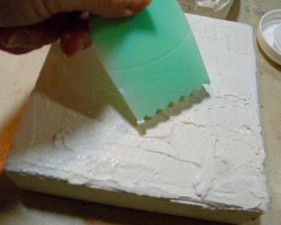 Con la herramienta Catalyst, hacer marcas de onda en el estuco hacia la mitad del lienzo mientras estaba mojado.