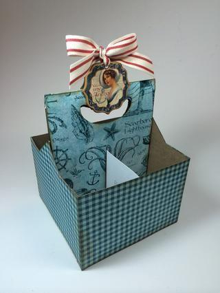Ink-angustia bordes si se desea. Se adhieren a la parte interior de la caja, como se muestra. Añadir etiqueta aglomerado y cinta para decorar mango.