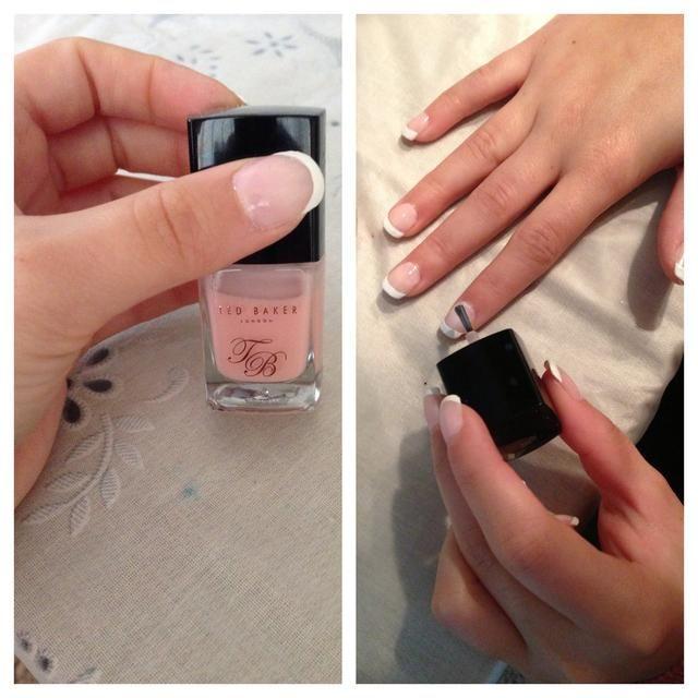 El uso de un esmalte de color rosa, pintar en la brecha entre el blanco y en donde la uña comienza.