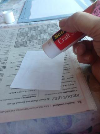 Usé una barra de pegamento para pegar mis recetas en las páginas de mi libro.