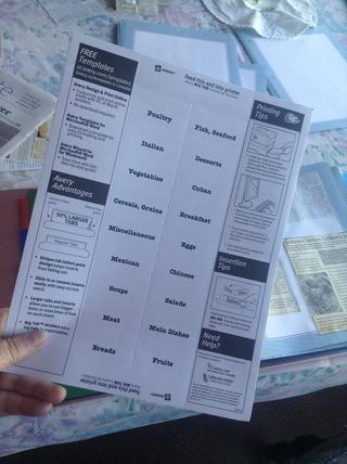 Hacer las etiquetas para sus divisores. He utilizado el modelo proporcionado en el paquete de divisores que compré y los imprimí de mi ordenador. Pero también se puede entregar escribirlos.