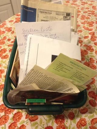 Confesión: Cuando encuentro una receta que quieran probar o si've come up with a recipe of my own that I want to remember, I put it in this basket. Later when I want to find it, I have to search in this mess!