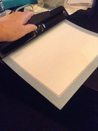 Puede utilizar papel aglutinante (que ya tiene agujeros perforados) o puede golpear el suyo propio.