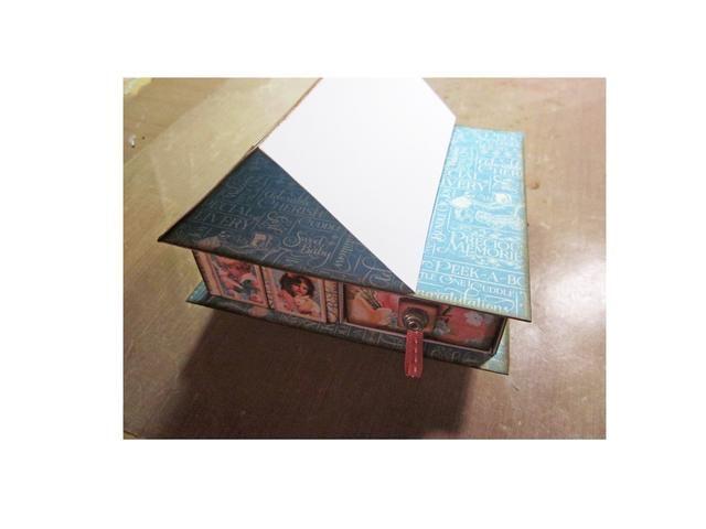 Pegue hasta la parte superior de su tarjeta de caballete y prepárate para crear el frente de su tarjeta. Cortar una base de 4 x 4