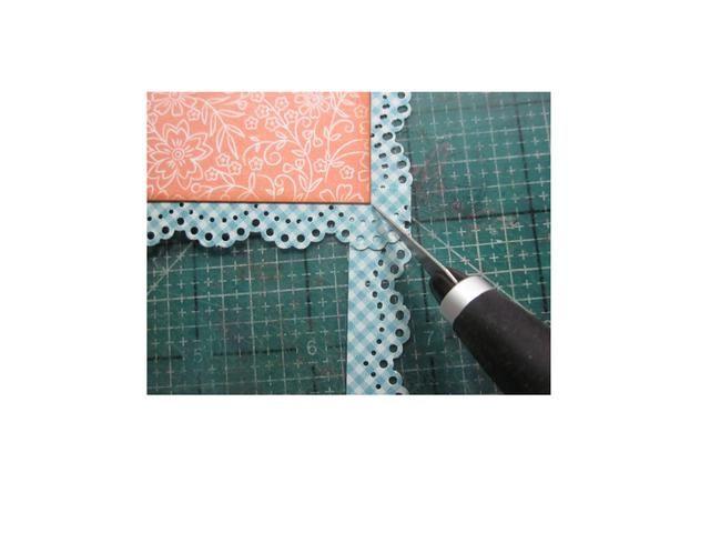 El uso de una herramienta de X-acto, corte hacia el exterior de la esquina y quitar el exceso de papel.
