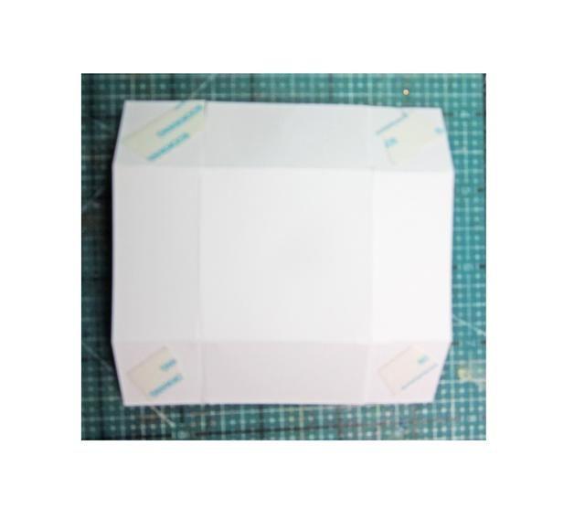 Añadir cinta fuerte para toda la ficha esquina, plegar para crear un cuadro.