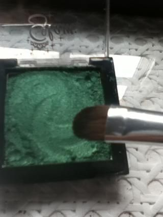Elija su sombra de ojos brillantes, el mío es un pigmento de color verde brillante de la colección 2000.