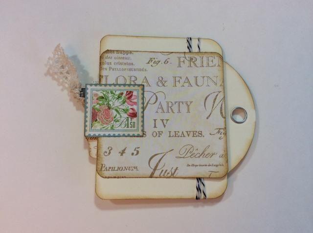Parte trasera: añadir estera foto y elemento de sello. Coloque un pedazo de cinta o el cordón con el clip de la cinta o la grapadora.