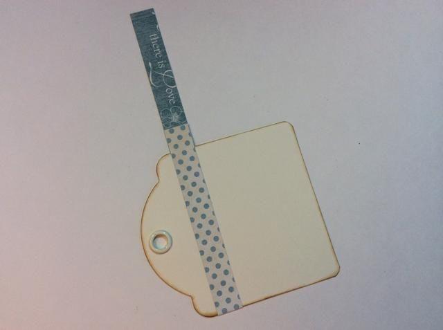 Siguiente etiqueta: envolver el papel de lunares alrededor de etiqueta.