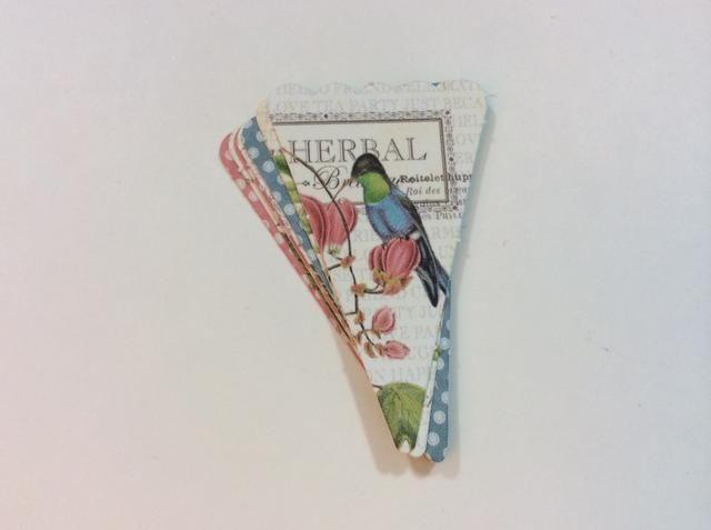 Capa y pila 7 piezas de banner juntos. Perforar o perforar un agujero a través de toda la pila (extremo puntiagudo).