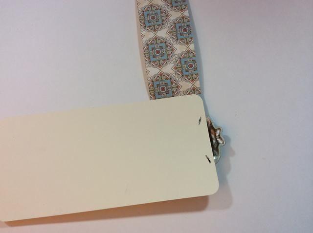 Envuelva el papel y se adhieren en la parte posterior (clavitos que cubren).