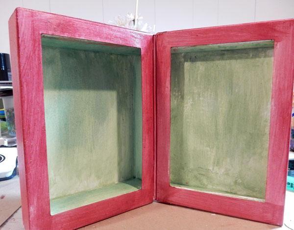 Mezclar Velvet Ash con limeaid Velvet y pintar las secciones interiores del libro.