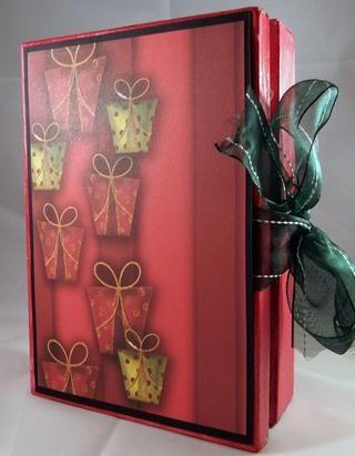 Ate la cinta alrededor de la caja. Añadir cartulina y papel de puntadas en la parte delantera y trasera para terminar el libro y también sostener la cinta en su lugar.