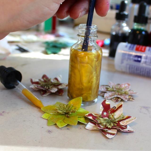 Quité el gotero de la botella. Poner mi pincel en la Minx y se agita bien. Luego pinté el Minx sobre las flores.