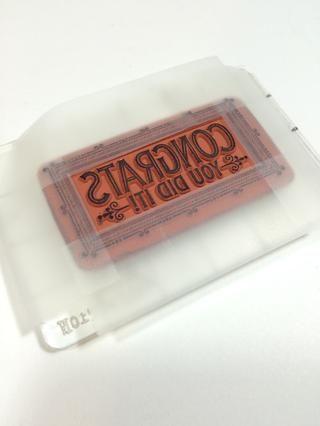 Aférrate el sello de un bloque o de cuadrícula, a continuación, coloque un poco de cinta adhesiva removible sobre la frontera.