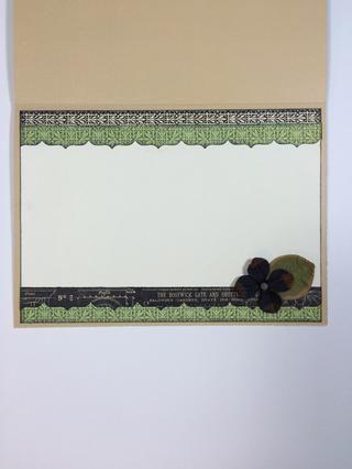 Utilice Marfil cartulina y sus trozos de papel para vestir el interior de la tarjeta.