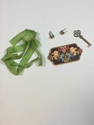 Reúne a tus adornos de la lista de suministro. Cortar la cinta de la arruga de oliva en dos piezas: 6