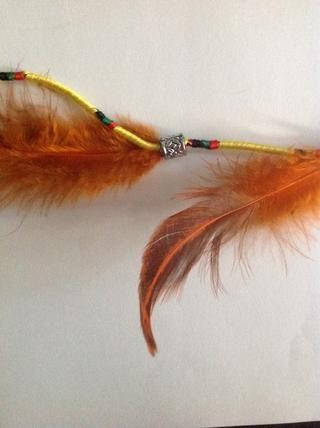 Ate plumas a una distancia y el deslizamiento en la gota sobre el cable para ocultar el nudo.