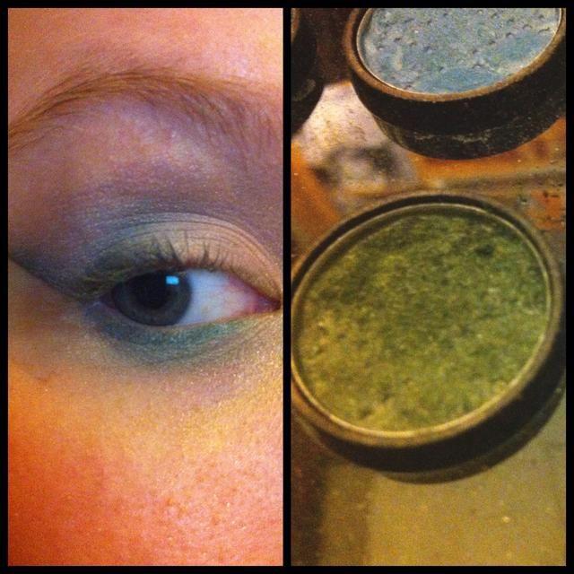 Ahora, la mezcla con el azul profundo en el ojo superior externo y añadir más dimensión, añadir un tono ligeramente más profundo que el revestimiento (verde camo con brillo) sobre ella en la esquina exterior de la línea de las pestañas inferiores.