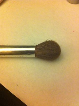 Acabo de utilizar un cepillo de mezcla redondeada para toda mi sombra pero deberías usar tantas y cuantas herramientas que le resulte más eficaz y cómoda.