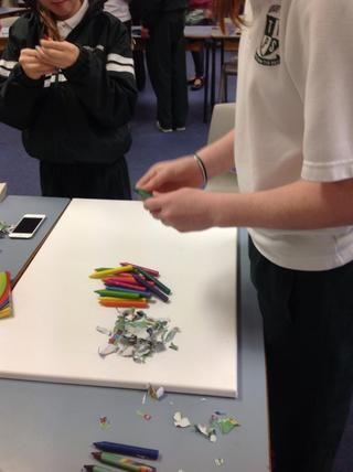 Retire el papel de los lápices de colores para darle más efecto