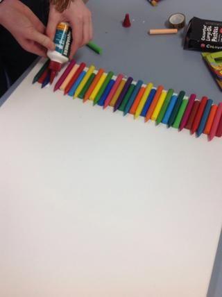 Una vez que haya terminado de inicio para pegar los lápices de colores a la lona
