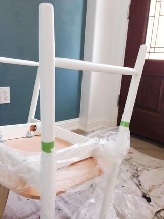 Uso de pintores cinta, cinta fuera una línea recta en las patas de la silla en la que desea el aspecto de pintura por inmersión a fin. He utilizado una regla para asegurarse de ambas piernas fueron aún. También me cubrí la silla en plástico.
