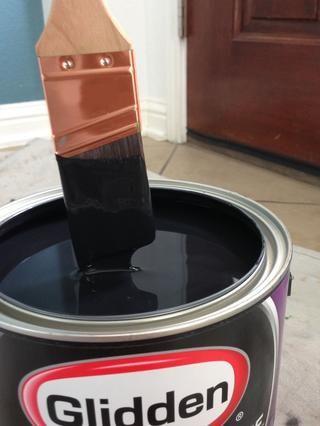 Sumerja un cepillo en ángulo de buena calidad en la pintura y sacudir el exceso de un lado de la brocha en el borde de la lata.