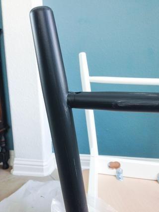 Después de la primera capa de pintura, mis patas de la silla se secan en aproximadamente una hora, sin marcas de pincel. Se necesitaba un poco de retoque, pero la segunda capa se encargará de eso.