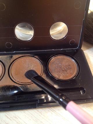 Use un tono ligeramente más claro de color marrón a utilizar en sus mejillas y la frente.