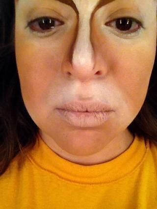 Aplicar forro nude o lápiz de labios a los labios.