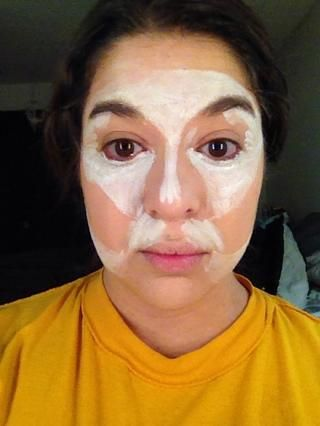 Aplicar blanco (I'm using NYX Milk) to your forehead, bridge of the nose, jawline, upper lip and under eye area.