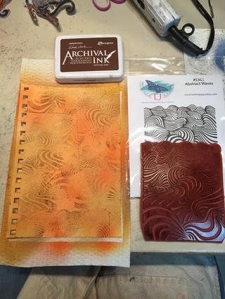 Rocíe con Sandcastle coloraciones entonces stamp extracto agita utilizando macetas tinta del suelo en un patrón aleatorio por toda la página.