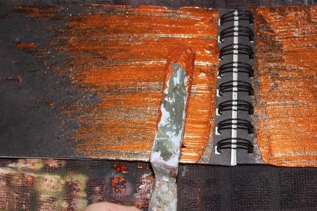 Con una herramienta de paleta que brillaban la cubierta delantera y trasera con Sorbete de Kenia cobre.