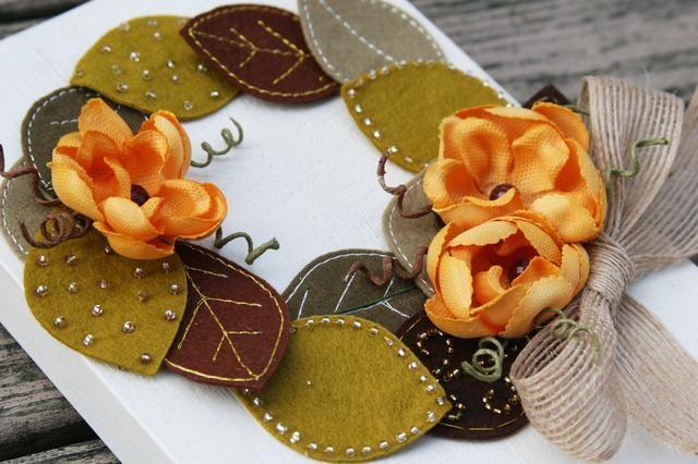 Haz un lazo de ajuste y cirugía estética de un poco menos de ofrenda floral, la adhesión con pegamento de la tela. Su caída corona de la placa ya está lista para colgar en su hogar!