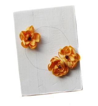 Agregue tres flores anaranjadas como se muestra.
