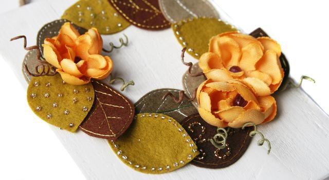 Añadir pegamento a la sección doblada de alambres rizados y meter en torno a las flores como se muestra.