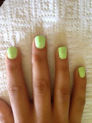 Paso 2: Utilice su color base para pintar dos capas de esmalte de uñas en las uñas