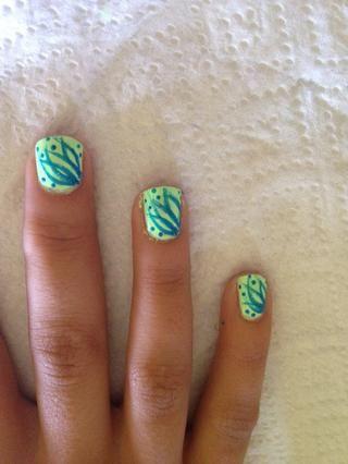 Paso 5: Use la herramienta que salpican y 220 Voltios esmalte de uñas para crear puntos en-entre líneas curvas como se muestra arriba