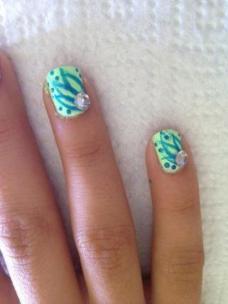 Paso 7: Aplique una pequeña cantidad de la capa superior de la esquina de la uña. Utilice pinzas para colocar una gema en la parte superior de la mancha capa superior